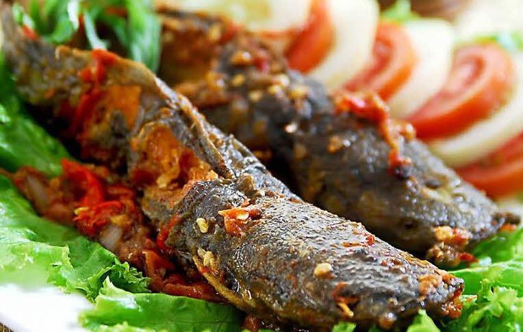 7 Petua Hilangkan Hanyir & Lendir Ikan Keli. Tak Meletup Di Kuali!