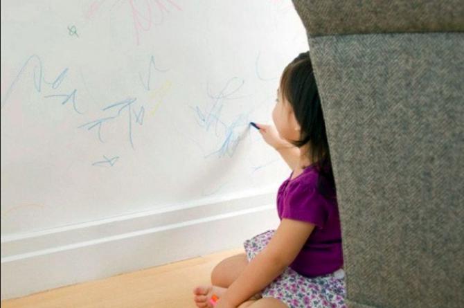 Hilangkan Kesan Conteng Anak Di Dinding Rumah Dengan 2 Bahan Saja